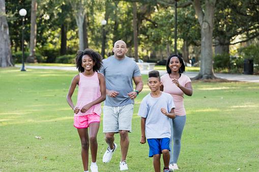 familia haciendo ejercicios