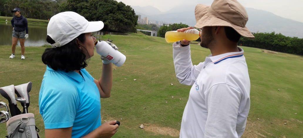 Golfista bien hidratado y alimentado: mejor score en el campo