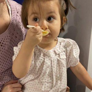 niña 2 años agarre cuchara